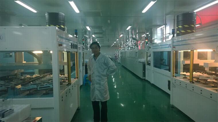 Ảnh: Ông Phạm Nam Phong tại dây chuyền tuyển chọn cells cho tấm pin ARMSolar