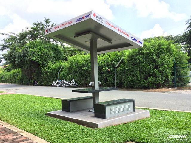 Đến thăm trường Đại học tại Việt Nam, nơi lắp đặt cả trạm sạc điện thoại sử dụng năng lượng mặt trời