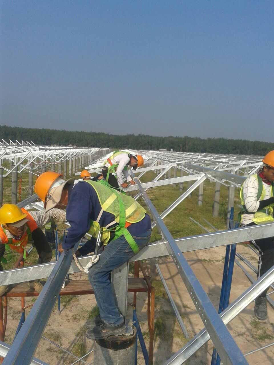 Đơn vị EPC Vũ Phong Solar đang thi công lắp đặt khung pin năng lượng mặt trời tại công trình điện mặt trời Dầu Tiếng-Tây Ninh