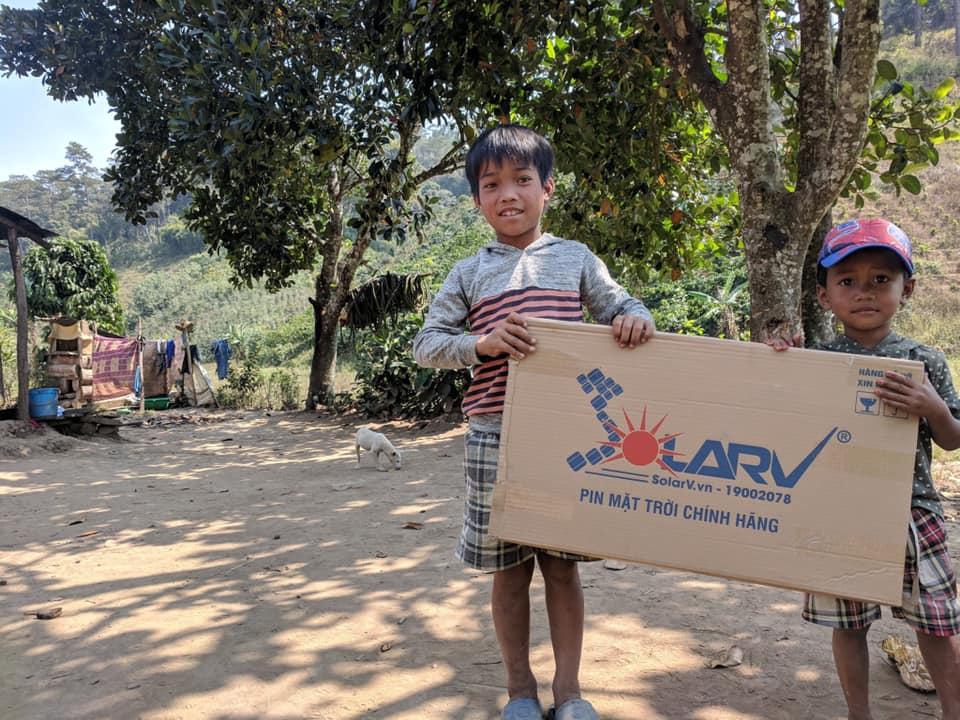 Nhận thấy những hoàn cảnh khó khăn vẫn đang lay lắt dưới ánh đèn đầu giữa thế kỷ 21, JCI East Saigon – JCI Vietnam với dự án The Light Tháng 3/2019 đã trao tặng máy phát điện mặt trời SolarV Combo LS (lưu trữ bằng lin Lithium)  cho bà con & trẻ em nghèo chưa có điện tại Tà Năng, Lâm Đồng.