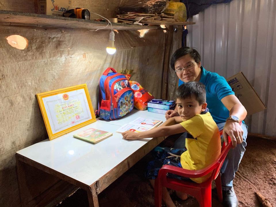 Tháng 9/2019 Vũ Phong cùng JCI East Saigon – JCI Vietnam tặng quà và lắp tặng máy phát điện mặt trời cho các hộ nghèo Bù Gia Mập – Bình Phước chưa có điện.