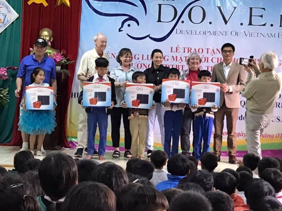 Ngày 04/01/2020 Vũ Phong Solar cùng quỹ Dove hỗ trợ cộng đồng tại Quảng Trị nhân kỷ niệm 20 năm thành lập, tặng 2 phòng máy vi tính và quà cho các em nhỏ, tặng 220 gia đình máy phát điện mặt trời, trao 90 học bổng cho các em học sinh cấp 3… quà nhỏ tấm lòng to, học bổng là nguồn động lực lớn để các em cố gắng hơn nữa vào đại học.