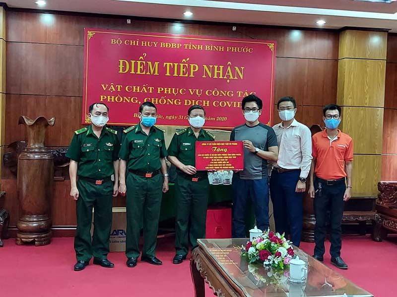 100 chiếc đèn xách tay năng lượng mặt trời SolarV và 20 máy phát điện mặt trời SolarV với tổng giá trị 110 triệu đồng đã được Vũ Phong gửi tặng trong Đợt 1 cho Bộ đội biên phòng, hỗ trợ thiết thực cho các chiến sĩ trong cuộc chiến chống dịch COVID-19, bảo vệ nhân dân, bảo vệ Tổ quốc.