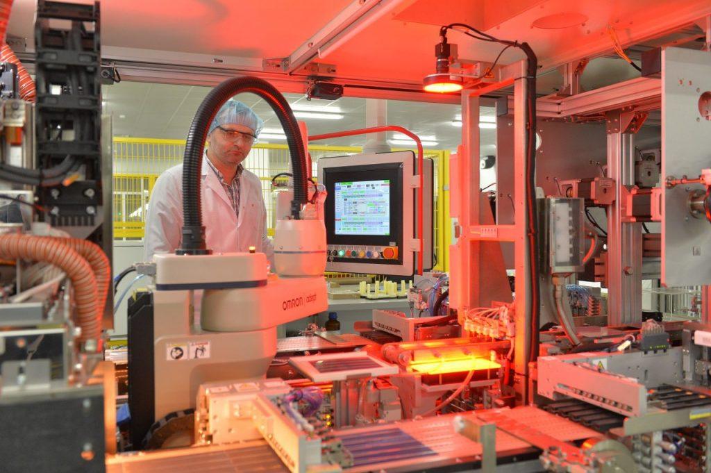Bên trong nhà máy sản xuất tấm pin năng lượng mặt trời của AE Solar